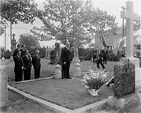 Le Chef de l'union-Nationale Antonio Barrette se recuille sur la tombe de Maurice Duplessis, le<br /> 6 Mai 1962, <br /> a Trois-Rivieres<br /> <br /> <br /> PHOTO :  Agence Quebec Presse