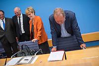 """Pressekonferenz zu den Grossdemonstrationen """"CETA und TTIP stoppen!"""" am 17. September in sieben Staedten.<br /> Am Dienstag den 23. August 2016 stellten der Vorsitzender der Gewerkschaft ver.di, die Praesidentin von Brot fuer die Welt, der Geschaeftsfuehrer des Deutschen Kulturrates, der Bundesvorsitzender der NaturFreunde Deutschlands, der Hauptgeschaeftsfuehrer des Paritaetischen Wohlfahrtsverbandes und der Geschaeftsfuehrer von Campact die Ziele der geplanten Grossdemonstrationen """"CETA und TTIP stoppen!"""" im Haus der Bundespressekonferenz vor.<br /> Nach Meinung der Veranstalter der Demonstrationen sind CETA und TTIP nicht dem Gemeinwohl in der EU, den USA und Kanada verpflichtet, sondern den Interessen von Konzernen und Investoren. Dagegen sollen mehrere hunderttausend Menschen am 17. September in sieben Staedten auf die Strasse gehen.<br /> Zu den Demonstrationen rufen auf: Wohlfahrts-, Sozial- und Umweltverbaende, Gewerkschaften, Organisationen fuer Demokratie-, Kultur- und Entwicklungspolitik, fuer Verbraucher- und Mieterschutz und nachhaltige Landwirtschaft, aus Kirchen sowie kleinen und mittleren Unternehmen. Dem Traegerkreis gehoeren 30 Organisationen auf Bundesebene an, unterstuetzt von regional aktiven Initiativen und Buendnissen sowie von Parteien.<br /> Im Bild vlnr.: Olaf Zimmermann, Geschaeftsfuehrer des Deutschen Kulturrates; Ulrich Schneider, Hauptgeschaeftsfuehrer des Paritaetischen Wohlfahrtsverbandes; Cornelia Fuellkrug-Weitzel, Praesidentin von Brot fuer die Welt; Frank Bsirske, Vorsitzender der Gewerkschaft ver.di.<br /> 23.8.2016, Berlin<br /> Copyright: Christian-Ditsch.de<br /> [Inhaltsveraendernde Manipulation des Fotos nur nach ausdruecklicher Genehmigung des Fotografen. Vereinbarungen ueber Abtretung von Persoenlichkeitsrechten/Model Release der abgebildeten Person/Personen liegen nicht vor. NO MODEL RELEASE! Nur fuer Redaktionelle Zwecke. Don't publish without copyright Christian-Ditsch.de, Veroeffentlichung nur mit Fotografennennung, so"""