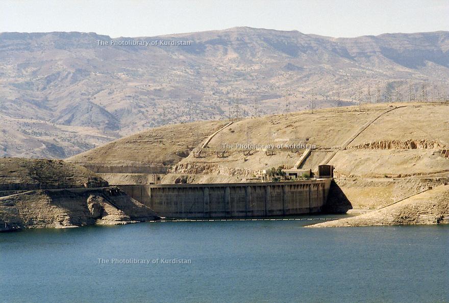 Irak 2000. Le barrage de Dokan aprés 3 ans de secheresse. Iraq 2000.Dokan dam after 3 years of drought