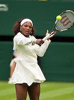 22-6-09, Enland, London, Wimbledon, Serena Willams in haar witte Jas tijdens het inslaan