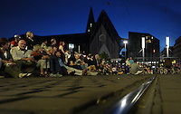 Klassik airLEBEN mit Gewandhausorchester unter Leitung von Riccardo Chailly auf dem Augustusplatz Leipzig - im Bild: der Augustplatz war bis zum Gewandhaus gefüllt mit Zuhörern - die LVB fuhr in der Zeit des Konzertes die Haltestelle Augusplatz nicht an.  Foto: Norman Rembarz