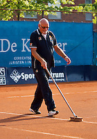 04-09-13,Netherlands, Alphen aan den Rijn,  TEAN, Tennis, Tean International Tennis Tournament 2013, Tean International ,  Umpire sweeping the line on a clay court <br /> Photo: Henk Koster