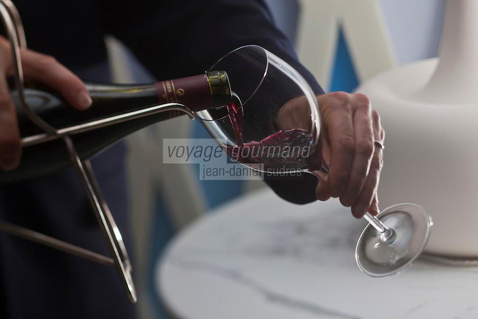 Europe/France/Provence-Alpes-Côte d'Azur/06/Roquebrune-Cap-Martin: Service du vin au  Restaurant Elsa au Monte-Carlo Beach,