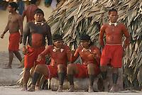 X JOGOS DOS POVOS INDÍGENAS<br /> Xavantes conversam durante jogos antes de sua apresentação<br /> Os Jogos dos Povos Indígenas (JPI) chegam a sua décima edição. Neste ano 2009, que acontecem entre os dias 31 de outubro e 07 de novembro. A data escolhida obedece ao calendário lunar indígena. com participação  cerca de 1300 indígenas, de aproximadamente 35 etnias, vindas de todas as regiões brasileiras. <br /> Paragominas , Pará, Brasil.<br /> Foto Paulo Santos<br /> 03/11/2009