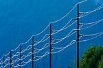 CHE, SCHWEIZ, Kanton Bern, Berner Oberland, bei Brienz: Stromleitungen reflektieren das letzte Tageslicht | CHE, Switzerland, Bern Canton, Bernese Oberland, near Brienz: power supply lines reflecting the last daylight