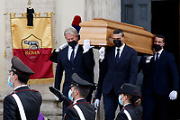The coffin being taken out of the church during the funeral of the Italian actor Gigi Proietti. The actor was taken to the Globe Theatre for a short ceremony before the one in the church of Artist in Piazza del popolo.<br /> Rome (Italy), November 5th 2020<br /> Photo Samantha Zucchi Insidefoto