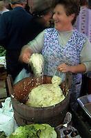 Europe/Autriche/Tyrol/Innsbruck: Le marché - Marchande de choux pour la choucroute