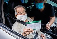 SÃO PAULO, SP, 06.02.2021:  Vacinação Covid -19  - Campanha de Vacinação contra a Covid-19 para pessoas  idosas a partir de 90 anos na manhã deste sábado (06) na UBS Vila Barbosa no bairro do Mandaqui zona norte da cidade de São Paulo SP. No destaque a senhora Tere Tomiko de 103 anos exibi a carteira de vacinação contra Covid - 19