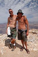 4415 / Grand Canyon: AMERIKA, VEREINIGTE STAATEN VON AMERIKA, ARIZONA,  (AMERICA, UNITED STATES OF AMERICA), 14.05.2006: Kunstmaler am Grand Canyon.Der Grand Canyon (Gewaltige Schlucht) ist eine steile, etwa 450 km lange Schlucht im Norden des US-Bundesstaats Arizona, die ueber Millionen von Jahren vom Fluss Colorado ins Gestein des Colorado Plateau gegraben wurde. Der groesste Teil des Grand Canyon liegt im Grand-Canyon-Nationalpark...Der Canyon zaehlt zu den grossen Naturwundern auf dieser Welt und wird jedes Jahr von rund 5 Millionen Menschen besucht...Der Grand-Canyon-Nationalpark liegt im Nordwesten von Arizona, noerdlich von Williams und Flagstaff und etwa 365 km noerdlich der Hauptstadt Phoenix. .Der Grand Canyon ist etwa 450 km lang (davon liegen 350 km innerhalb des Nationalparks), zwischen 6 und 30 km breit und bis zu 1.800 m tief. Der Name des Canyons stammt vom Colorado River, der frueher in Teilen Grand River genannt wurde (deutsch: Gewaltiger Fluss/Canyon, aber auch Großartiger Fluss/Canyon)..Das Gebiet um das Tal wird in drei Regionen aufgeteilt: den Suedrand (south rim), der die meisten Besucher anzieht, den hoeher gelegenen und kuehleren Nordrand (north rim) und die Innere Schlucht (inner canyon) mit 5 Klimazonen..Flussaufwaerts, im suedlichen Utah liegen andere große Schluchten des Colorado. Der Glen Canyon, der seit 1964 im Stausee des Lake Powell versunken ist, galt landschaftlich als besonders schoen. Weiter im Norden liegt der Canyonlands-Nationalpark. Flussabwaerts, in der Naehe von Las Vegas, liegt der Stausee Lake Mead am Hoover-Staudamm...