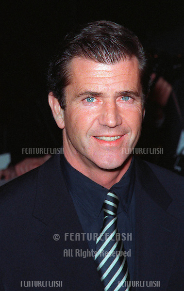 """28JAN99:  Actor MEL GIBSON at the world premiere, in Los Angeles, of his new movie """"Payback"""" in which he stars with Maria Bello, Deborah Kara Unger & Lucy Liu...© Paul Smith / Featureflash"""