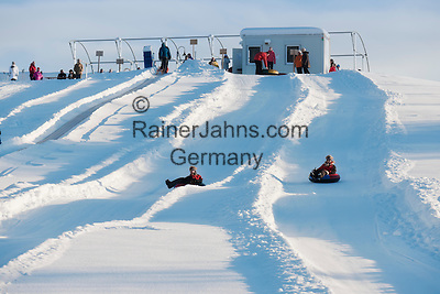 Austria, Tyrol, Kaiserwinkl, near Koessen: Snow-Tubing for the whole family, easy climb with conveyor-belt | Oesterreich, Tirol, Kaiserwinkl, bei Koessen: Snow-Tubing, ein Riesenspass fuer Jung und Alt, mit Foerderband als Aufstiegshilfe
