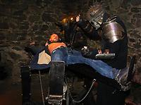 Besucher wird bei der Show im Folterturm gefoltert - Mühltal 03.11.2018: Halloween auf der Burg Frankenstein