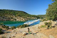 France, Alpes-de-Haute-Provence (04), parc naturel régional du Verdon, basses Gorges du Verdon, Esparron-de-Verdon, petit port de plaisance sur le lac d'Esparron // France, Alpes de Haute Provence, Parc Naturel Regional du Verdon (Natural Regional Park of Verdon), low Gorges of the Verdon river, Esparron de Verdon, little marina on Esparron Lake