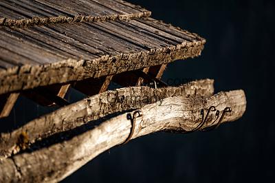 Italien, Suedtirol (Trentino - Alto Adige), Gadertal, oberhalb von Wengen (La Valle): hoelzerne Dachrinne an einem alten Bergbauernhof in Altwengen   Italy, South Tyrol (Trentino - Alto Adige), Val Badia, above Wengen (La Valle): wooden rain pipe on an old mountain farmhouse in Altwengen