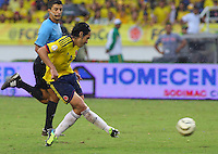 BARRANQUILLA - COLOMBIA 11-06-2013. Radamel Falcao Garcìa de Colombia pasa el balon durante partido contra Perú  en la fecha 14 de las clasificatorias al mundial de fútbol Brasil 2014 realizado en el estadio Metropolitano de la ciudad de Barranquilla./ Radamel Falcao Garcia of Colombia pass  the ballon during match against on 14th date of the qualification match for the World Cup Brazil 2014 at Metropolitano stadium in Barranquilla. Photo: VizzorImage/STR