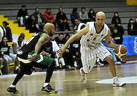 BOGOTA - COLOMBIA: 06-05-2013: Quiroz (Der) Piratas de Bogotá, disputa el balón con Barlow (Izq.) de  Aguilas de Tunja mayo  6 de 2013. Piratas y Aguilas de Tunja disputaron partido de la fecha 11 de la fase II de la Liga Directv Profesional de baloncesto en partido jugado en el Coliseo El Salitre. (Foto: VizzorImage / Luis Ramirez / Staff) Quiroz (R) of Pirates from Bogota disputes the ball with Barlow (L) of Aguilas from Tunja May 6, 2013. Piratas and Aguilas de Tunja disputed a match for the 11 date of the Fase II of the League of Professional Directv basketball game at the Coliseo El Salitre. (Photo. VizzorImage / Luis Ramirez / Staff)