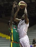 BOGOTA -COLOMBIA, 20-MARZO-2015.  Crawford Brandon jugador de Piratas de Bogota en   accion contra Down Jorry  de Marinos Bolivar   durante partido de la Novena fecha de la Liga DIRECTV 2015-1 de baloncesto  jugado en el coliseo el Salitre . Piratas vencio 108 a 69 Marinos   . / .  Crawford Brandon  of Piratas de Bogota  in action against  Down Jorry   of Marinos Bolivar    during  game of  the ninth round of the liga  DIRECTV 2015-1 of Basketball  played at the Coliseum Salitre . Piratas won 108 to 69 against Marinos Photo / VizzorImage / Felipe Caicedo  / Staff