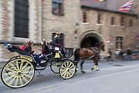 Belgique, Flandre Occidentale, Bruges, centre historique classé Patrimoine Mondial de l'UNESCO,  Promenade en fiacre dans la vieille ville //  Belgium, Western Flanders, Bruges, historical centre listed as World Heritage by UNESCO,   Carriage ride in Old Town
