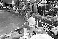 1982, Hilversum, Dutch Open, Melkhuisje, Illie Nastase eet op zijn gemak een ijsje tijdens zijn partij en maakt de umpire gek
