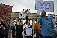 Mitglieder der Protestpartei Piraten, des Chaos Computer Club und verschiedener Friedensgruppen versammelten sich am Donnerstag den 4. Juli 2013 in Berlin vor dem Brandenburger Tor zu einer Solidaritaetskundgebung fuer den US-Whistleblower Edward Snowden. Sie forderten, dass Snowden in Deutschland Asyl gewaehrt werden soll.<br />Mit schwarz-weiss gestreiftem Rock: Cornelia Otto, Die Piraten.<br />4.7.2013, Berlin<br />Copyright: Christian-Ditsch.de<br />[Inhaltsveraendernde Manipulation des Fotos nur nach ausdruecklicher Genehmigung des Fotografen. Vereinbarungen ueber Abtretung von Persoenlichkeitsrechten/Model Release der abgebildeten Person/Personen liegen nicht vor. NO MODEL RELEASE! Don't publish without copyright Christian-Ditsch.de, Veroeffentlichung nur mit Fotografennennung, sowie gegen Honorar, MwSt. und Beleg. Konto:, I N G - D i B a, IBAN DE58500105175400192269, BIC INGDDEFFXXX, Kontakt: post@christian-ditsch.de<br />Urhebervermerk wird gemaess Paragraph 13 UHG verlangt.]