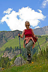 CHE, SCHWEIZ, Kanton Bern, Berner Oberland, Engstlenalp am Ende des Gentals: Frau wandert mit Wanderstoecken | CHE, Switzerland, Bern Canton, Bernese Oberland, Engstlenalp at Gen Valley: woman hiking with hiking sticks