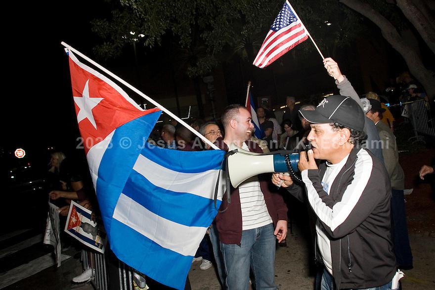 2010-01-31 Miami, Florida: La agrupacion Cubana Los Van Van se presento a casa llena en el Janes Knight Center de la ciudad de Miami, mientras cientos de Cubanos bailaban al ritmo de la salsa de Los Van Van afuera de la sala se presentaron protesta por personas en su mayoria de origen cubano en contra de la agrupacion, salsa con sangre decia una de las pancartas que los protestantes tenian a las afueras del espectaculo. (Fotos: Jesus Aranguren/jeaphoto.com) 2010-01-31 Miami, Florida: La agrupacion Cubana Los Van Van se presento a casa llena en el Janes Knight Center de la ciudad de Miami, mientras cientos de Cubanos bailaban al ritmo de la salsa de Los Van Van afuera de la sala se presentaron protesta por personas en su mayoria de origen cubano en contra de la agrupacion, salsa con sangre decia una de las pancartas que los protestantes tenian a las afueras del espectaculo. (Fotos: Jesus Aranguren/jeaphoto.com)