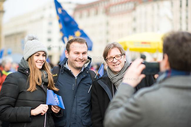 """Hunderte Menschen kamen am Samstag den 27. Januar 2019 in Berlin zu einer Kundgebung des ueberparteilichen Zusammenschluss """"Pulse of Europe"""" um fuer ein vereintes und friedliches Europa, ohne Fremdenhass und Ausgrenzung von Minderheiten zu demonstrieren. """"Wir wollen ein Zeichen setzen! Ein Zeichen, dass sich viele Menschen aktiv für den Erhalt eines demokratischen und rechtsstaatlichen, vereinten Europas einsetzen"""", so die Veranstalter, die sich auch ganz deutlich gegen einen Brexit aussprachen.<br /> Als Redner sprachen u.a. Margrethe Vestager, EU-Wettbewerbs-Kommissarin aus Daenemark und Guy Verhofstadt (rechts im Bild), Chefunterhaendler im EU-Parlament fuer den Brexit.<br /> Zu Beginn sprach die Publizistin Lea Rosh anlaesslich des Jahrestags der Befreiung des Konzentrationslager Auschwitz am 27. Januar 1945.<br /> In vielen Staedten Europas finden einmal pro Monat am Sonntag Veranstaltungen von Pulse of Europe statt.<br /> Im Bild: Verhofstadt posiert fuer ein Selfie mit Jungen Menschen aus Portugal und England.<br /> 27.1.2019, Berlin<br /> Copyright: Christian-Ditsch.de<br /> [Inhaltsveraendernde Manipulation des Fotos nur nach ausdruecklicher Genehmigung des Fotografen. Vereinbarungen ueber Abtretung von Persoenlichkeitsrechten/Model Release der abgebildeten Person/Personen liegen nicht vor. NO MODEL RELEASE! Nur fuer Redaktionelle Zwecke. Don't publish without copyright Christian-Ditsch.de, Veroeffentlichung nur mit Fotografennennung, sowie gegen Honorar, MwSt. und Beleg. Konto: I N G - D i B a, IBAN DE58500105175400192269, BIC INGDDEFFXXX, Kontakt: post@christian-ditsch.de<br /> Bei der Bearbeitung der Dateiinformationen darf die Urheberkennzeichnung in den EXIF- und  IPTC-Daten nicht entfernt werden, diese sind in digitalen Medien nach §95c UrhG rechtlich geschuetzt. Der Urhebervermerk wird gemaess §13 UrhG verlangt.]"""