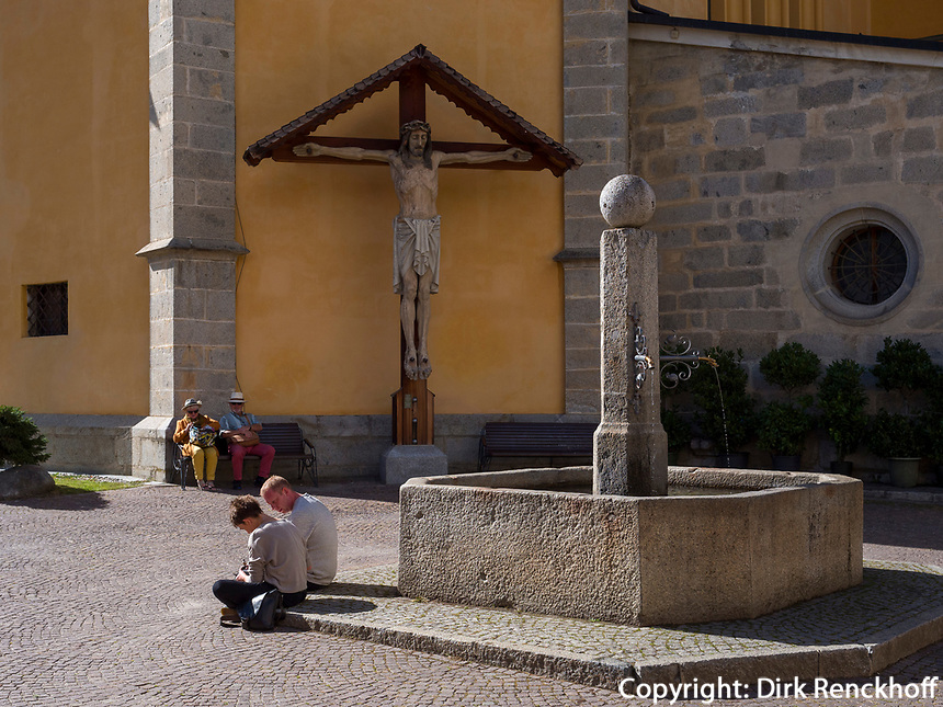 Brunnen vor Pfarrkirche in Bruneck, Region Südtirol-Bozen, Italien, Europa<br /> fountain at parish church in Bruneck, Region South Tyrol-Bolzano, Italy, Europe