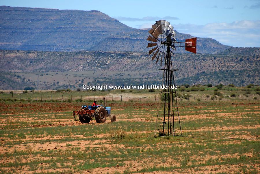 Landbau: AFRIKA, SUEDAFRIKA, 18.12.2007: Bauer mit Trecker, Wasser, Windrad, Bewaesserung, Acker, am Orange River,  South Africa, Afrika, Suedafrika,
