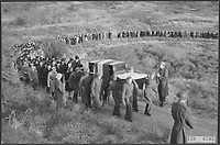 An overview of the solemn burial of the remains of 400 illegal fighters at the cemetery at the Zeeweg in Overveen Date: November 27, 1945