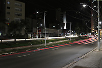 Campinas (SP), 18/03/2021 - Toque de Recolher - Movimentacao na Av Norte Sul, as 19 horas.  A cidade de Campinas (SP) comeca a aplicar nesta quinta-feira (18) toque de recolher a partir das 20h, com restricoes a servicos essenciais, e punicoes mais rigorosas para quem descumprir as novas regras impostas pela prefeitura com objetivo de reduzir os indicadores da Covid-19. A Guarda Municipal, em parceria com as Policias Civil e Militar, promove acao de bloqueio e fiscalizacao. Desde o inicio da pandemia a metropole registra 75.281 infectados, incluindo 2.065 mortes.     (Foto: Denny Cesare/Codigo 19/Codigo 19)