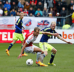 Nederland, Utrecht, 5 april 2015<br /> Eredivisie<br /> Seizoen 2014-2015<br /> FC Utrecht-Ajax (1-1)<br /> Willem Janssen, aanvoerder van FC Utrecht en Davy Klaassen van Ajax strijden om de bal