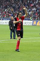 Sotiros Kyrgiakos (Eintracht Frankfurt) zeigt den Fans an, daß sein Herz der Eintracht gehört