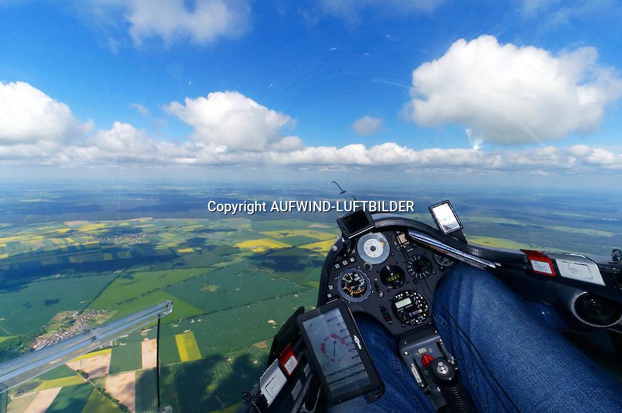 Blick aus einem Cockpit eines Segelflugzeugs: EUROPA, DEUTSCHLAND, SACHSEN, (EUROPE, GERMANY), 23.05.2013: Blick aus einem Cockpit eines Segelflugzeugs, Flug entlang der deutsch polnischen Grenze.
