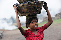 INDIA Jharkhand Dhanbad Jharia, children collect coal from coalfield to sell as coke on the market for the livelihood of her family, 8 years old girl Sonia / INDIEN Jharia, Kinder sammeln Kohle am Rande eines Kohletagebaus zum Verkauf als Koks auf dem Markt , Maedchen Sonia 8 Jahre traegt Kohle zum Verkauf
