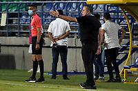 MONTERIA - COLOMBIA, 03-12-2020: Guillermo Sanguinetti técnico del Bucaramanga gesticula durante el partido por la fecha 2 Liguilla BetPlay DIMAYOR 2020 entre Jaguares de Córdoba F.C. y Atlético Bucaramanga jugado en el estadio Jaraguay de la ciudad de Montería. / Guillermo Sanguinetti coach of Bucaramanga gestures during match for the date 2 BetPlay DIMAYOR 2020 Liguilla between Jaguares de Cordoba F.C. and Atletico Bucaramanga played at Jaraguay stadium in Monteria city. Photo: VizzorImage / Andres Felipe Lopez / Cont