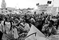 milano, manifestazione davanti al provveditorato agli studi contro la riforma dell'istruzione --- milan, demonstration in front of  the local education authority against the school reform