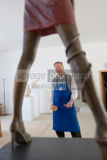 """Europe/Italie/Trentin Haut-Adige/Dolomites/Val-Gardena/Ortiséi:Sculpture sur bois du Val Gardena groupe d'Artistes """"Galaria Unika"""" -Sculpteur sur bois"""