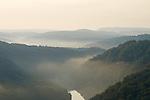 Europa, DEU, Deutschland, Saarland, Saartal, Orscholz, Aussichtspunkt Cloef, Saar, an der Saarschleife, Fluss, Tal, Flusstal, Typische Flusslandschaft, Morgens, Sonnenaufgang, Nebel, Nebelschwaden, Dunst, Ferndunst, Die Saarschleife ist das Wahrzeichen des Deutschen Bundesland - Saarland., Kategorien und Themen, Natur, Umwelt, Landschaft, Jahreszeiten, Stimmungen, Landschaftsfotografie, Landschaften, Landschaftsphoto, Landschaftsphotographie, Tourismus, Touristik, Touristisch, Touristisches, Urlaub, Reisen, Reisen, Ferien, Urlaubsreise, Freizeit, Reise, Reiseziele, Ferienziele....[Fuer die Nutzung gelten die jeweils gueltigen Allgemeinen Liefer-und Geschaeftsbedingungen. Nutzung nur gegen Verwendungsmeldung und Nachweis. Download der AGB unter http://www.image-box.com oder werden auf Anfrage zugesendet. Freigabe ist vorher erforderlich. Jede Nutzung des Fotos ist honorarpflichtig gemaess derzeit gueltiger MFM Liste - Kontakt, Uwe Schmid-Fotografie, Duisburg, Tel. (+49).2065.677997, ..archiv@image-box.com, www.image-box.com]