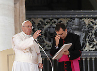 Papa Francesco benedice i fedeli al termine dell'udienza generale del mercoledi' in Piazza San Pietro, Citta' del Vaticano, 7 ottobre 2015.<br /> Pope Francis delivers his blessing at the end of his weekly general audience in St. Peter's Square at the Vatican, 7 October 2015.<br /> UPDATE IMAGES PRESS/Isabella Bonotto<br /> <br /> STRICTLY ONLY FOR EDITORIAL USE