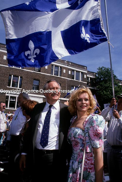 FILE -<br /> Jacques Parizeau et Lisette Lapointe au Defile de la St-Jean<br /> , entre 1991 et 1995<br /> <br /> <br /> <br /> PHOTO  : Pierre Roussel - Agence Quebec Presse