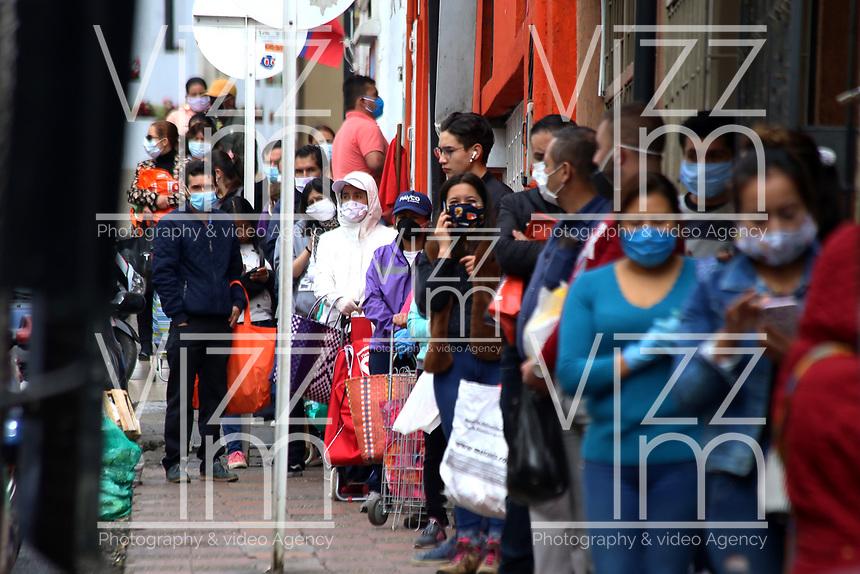 TUNJA-COLOMBIA, 16-04-2020: Ciudadanos hacen fila para ingresar al supermercado, durante la cuarentena total en el territorio colombiano causada por la pandemia  del Coronavirus, COVID-19. / Citizens line up to enter the supermarket, during the total quarantine in the Colombian territory caused by the Coronavirus pandemic, COVID-19. / Photo: VizzorImage /Darlin Bejarano / Cont.