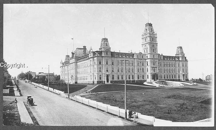 Quartier Saint-Jean-Baptiste - Angle Grande Allee Est et l'Avenue Honore-Mercier - Parlement de Quebec vers 1890<br /> <br /> PHOTO : studio Livernois