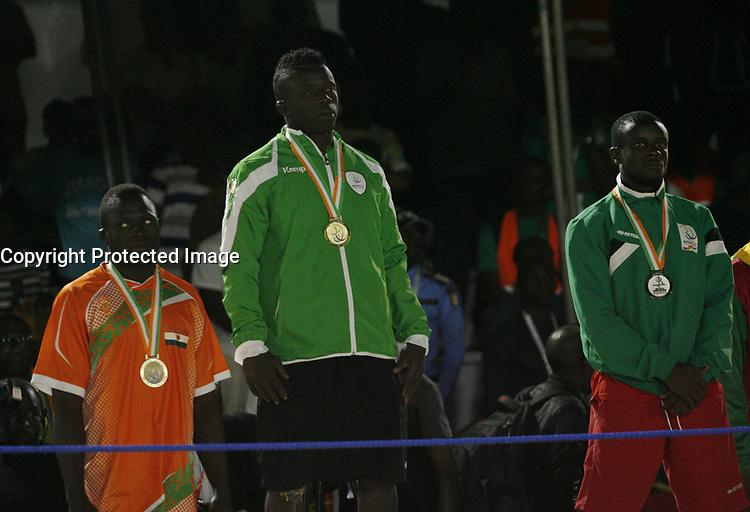 VillËs Jeux de la Francophonie Abidjan 2017 / CompÈtitions Sportives Lutte Africaine finale des Hommes, mÈdaille d'OR Moussa Fall ( C ) du SÈnÈgal au parc des Sport de Treichville, Minji HervÈ CÙte d'Ivoire en ceinture rouge et Mamadou du Niger en ceinture bleu / Abidjan 29 juillet 2017 # 8EME JEUX DE LA FRANCOPHONIE D'ABIDJAN 2017