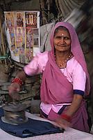 Asie/Inde/Rajasthan/Jaipur: Indra Market - Portrait d'une repasseuse