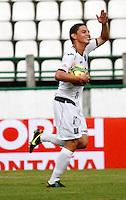 MANIZALES - COLOMBIA - 14-04-2013: Sergio Romero, jugador de Once Caldas, celebra el gol anotado al Boyacá Chicó FC, durante el partido en el estadio Palogrande de la ciudad de Manizales, abril 14 de 2013.Once Caldas empató a dos goles con el Boyacá Chicó FC, en partido de la fecha 10 de la Liga Postobón I. (Foto: VizzorImage /JJB/ Str).  Sergio Romero, player of Once Caldas, celebrates the goal scored at Boyaca Chico FC, ??during the match at the stadium Palogrande city of Manizales, April 14, 2013. Once Caldas tied to two goals with the Boyaca Chico FC, in a match for the tenth date of the League Postobon I. (Photo: VizzorImage / JJB / Str)   .