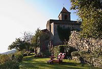 """Europe/France/Auvergne/43/Haute-Loire/Saint-Arcons-d'Allier:Hotel de Charme """"Les Deux Abesses"""" le jardin ses terrasses sur l'Allier et l'église du village"""