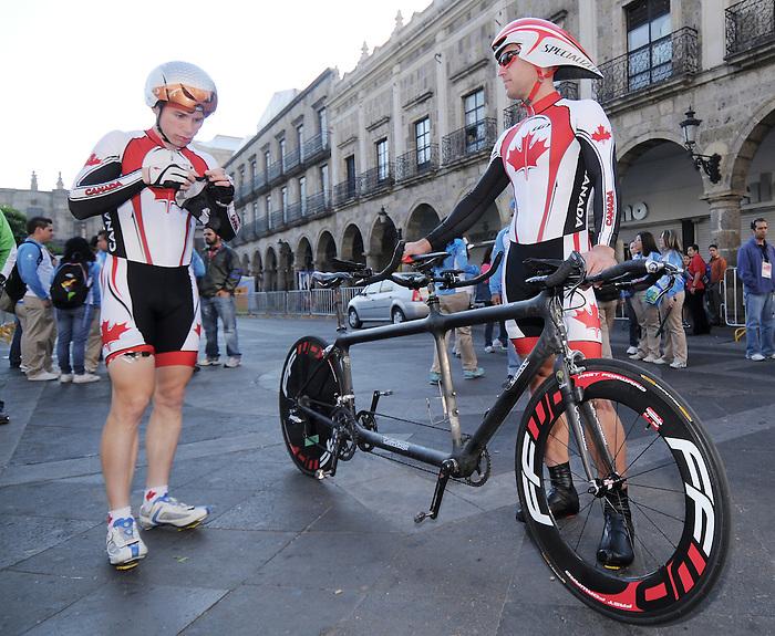 Daniel Chalifour and Ed Veal, Guadalajara 2011 - Para Cycling // Paracyclisme.<br /> Daniel Chalifour and his pilot Ed Veal before their road race // Daniel Chalifour et son pilote Ed Veal avant leur course sur route. 11/12/2011.