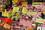 Italien, Suedtirol, Meran, Altstadt, Marktstand, heimische Produkte | Italy, South Tyrol, Alto Adige, Merano, market stall, local products