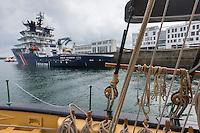 France, Bretagne, (29), Finistère, Brest:  Croisière à bord de la Recouvrance, goélette symbole et ambassadrice de la ville de Brest, réplique d'un aviso, bateau militaire de 1817  vue sur l' Abeille Bourbon, remorqueur //  France, Brittany, Finistère, Brest: Cruise aboard the Recouvrance, Recouvrance is the ambassador boat and the property of the city of Brest, in Brittany. It is the replica of a military boat of 1817, view of the Abeille Bourbon , tug